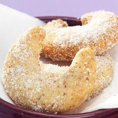 Vaníliás kifli  Hozzávalók:  30 dkg liszt 22 dkg vaj 10 dkg darált dió 7 dkg porcukor 2 csomag vaníliás cukor