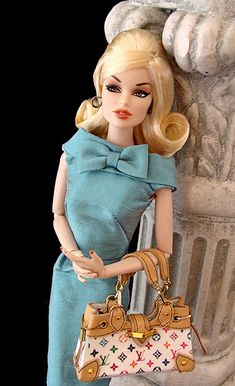 beautiful Is this an FR doll? yes. I have a purse almost just like this. WANT WANT WANT.