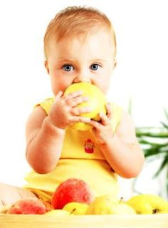 A new study has shown that babies who are weaned using solid finger food are more likely to develop healthier food preferences and are less likely to become overweight as children than those who are spoon-fed pureed food. Baby Food By Age, Healthy Meals For Kids, Healthy Eating, Healthy Teeth, Healthy Foods, Healthy Life, Baby Eating, Natural Parenting, Baby Led Weaning