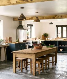 The Leicestershire Kitchen in the Woods by deVOL: country Kitchen by deVOL Kitchens Rustic Kitchen Decor, Farmhouse Style Kitchen, Modern Farmhouse Kitchens, New Kitchen, Awesome Kitchen, Bungalow Kitchen, Farmhouse Homes, Dining Table In Kitchen, Farmhouse Ideas