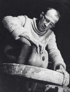 Georges Jouve, ajeno a la tormenta millonaria que desencadenarían sus jarrones entre los galeristas franceses del XX, moldeando feliz en taller en los años 50