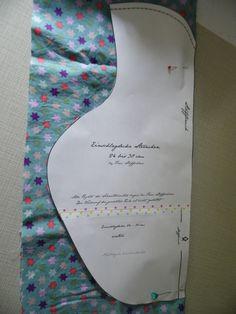 """Alle 4 Einschlagdecken werden nach dem gleichen Prinzip genäht.  Material: Baumwolle und Fleece Fotoanleitung: 1. Das Schnittmuster ausdrucken.  .  2. An der mit """"abschneiden"""" gekennzeichneten Linie abschneiden.    3. Das Unterteil des Schnittmusters an die entsprechendgekennzeichnete Linie ankleben."""