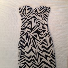 Kardashian Kollection printed dress This Preloved black and white printed dress is super cute! Cups have padding and the shape is very flattering. Did come with detachable straps, but I don't have them. Looks way better as a strapless dress anyways ☺️👍... Size Xsmall Kardashian Kollection Dresses