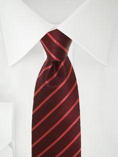 Cravate bordeaux avec rayures hachurées rouge fraise