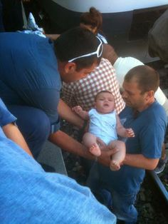 8 aylık bebek, raylara düştü