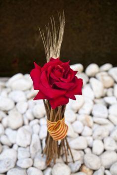 Arreglos florales personalizados con rosas de Sant Jordi.  #decoracion #creatividad #flores #SantJordi #rosa
