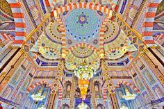 A mesquita de Jalil Khayat foi construída sobre uma área de 15.000 mts2 no centro de Erbil, no Iraque. Neste imagem o destaque vai para as impressionantes paredes e tetos interiores, decorados com Zakhrafa colorido (pintura especial islâmica), com scripts de versos do Sagrado Alcorão.