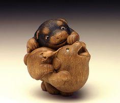Dogs netsuke by Rakuchu