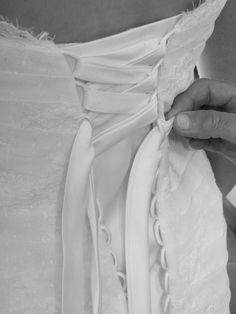 Vends Superbe robe marque Pronovias, modèle Jalil.   Dentelle de Calais.   Lacet à l'arrière.   Décolleté dos original.   Jupon vendu avec.  Taille 38, retouches sur les côtés et sur la longueur.  Petite traîne pouvant se réduire (cordon sous le jupon) ou