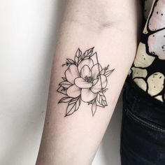 Find images and videos about black and white, tatoo and flor on We Heart It - the app to get lost in what you love. Detailliertes Tattoo, Dreieckiges Tattoos, Piercing Tattoo, Love Tattoos, Body Art Tattoos, Girl Tattoos, Small Tattoos, Tattoos For Women, Tatoos