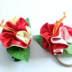 ways Hibiscus decorated accessory A set of pieces this is made of ribbon As ukulele accessory as hair accessory as bracelet A set of pieces flower color red pink red Ribbon Lei, Ribbon Colors, Hawaiian Party Favors, Luau Party, Diy Flowers, Flowers In Hair, Ukulele Accessories, Hawaiian Crafts, White Hibiscus