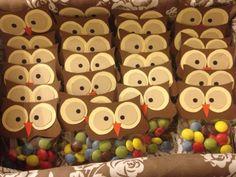 Gufetti birichini! Ideali per le feste di compleanno dei nostri bambini. Cartoncino, bustine trasparenti e caramelline: ed il gioco è fatto! Craft Markets, Owl, 3d Projects, Baby Party, Halloween Gifts, Buffet, Birthdays, Happy Birthday, Christmas