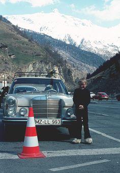Waren die Pilonen früher grösser oder die Autos kleiner? Egal. 1975 waren die Fellschuhe jedenfalls immer noch in Mode. Aber man trug die Haare etwas kürzer (am Schuh). Oliver vor dem 280 S vor Alpenpanorama. Familienarchiv.