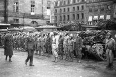 Le 26 novembre 1944, une prise d'armes a lieu place Kléber à Strasbourg pour célébrer sa libération. Le général Leclerc, à la tête de la 2e DB (Division Blindée) et le colonel Rouvillois, commandant le 12e RC (Régiment de Cuirassiers) et le sous-groupement entré en premier dans la ville, passent en revue le 12e RC. Date : Novembre 1944 Lieu : Strasbourg Photographe : Jacques Belin/Roland Lennad Origine : SCA – ECPAD Référence : TERRE-339-8192