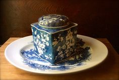 Classic blue & white - Southern Vintage Table Vintage Tins, Vintage Table, Vintage Metal, Metal Tins, Trays, Southern, Blue And White, China, Tableware