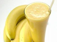 Ingredience: banány 1 kus, jogurt bílý 3 lžičky, led 3 kostky, džus jablečný 2 decilitry, med 3 lžičky. Glass Of Milk, Smoothies, Food And Drink, Fruit, Drinks, Cooking, Health, Diet, Syrup