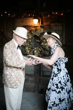 Young at Heart ~ seasoned couples dancing Vieux Couples, Old Couples, Couples In Love, Shall We Dance, Lets Dance, Amor Real, Growing Old Together, Old Folks, Lasting Love