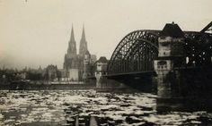Dicke Eisplatten treiben im Winter 1940 auf dem Rhein an Köln vorbei.