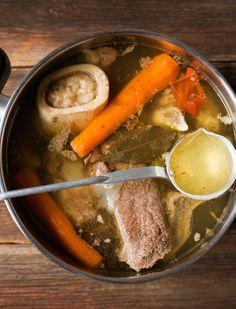 Recém cozida sopa de carne na panela grande