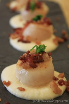 With some modifications.no bread crumbs GoodyFoodies: I cooked: Pan seared scallops with cauliflower puree and bacon crumble (MasterChef) Pureed Food Recipes, Fish Recipes, Seafood Recipes, Cooking Recipes, Clam Recipes, Healthy Recipes, Fish Dishes, Tasty Dishes, Scallop Appetizer