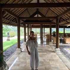 Há exatos quatro anos eu me hospedei aqui no @amandari_resort em Ubud, Bali. Foram dias memoráveis neste paraíso, e hoje me sobrou um tempinho, então decidi dar uma passada para relembrar os bons momentos da minha estadia. A rede Aman tem dois hotéis na ilha, o outro é o @amankila , cada um com suas características marcantes e um serviço sempre impecável!  Tem matéria linda daqui nos arquivos do site para você ver os detalhes! @aman