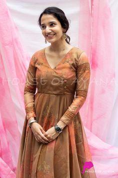 Silk Kurti Designs, Simple Kurta Designs, Churidar Designs, Kurta Designs Women, Kurti Designs Party Wear, Fancy Dress Design, Stylish Dress Designs, Stylish Dresses, Sleeves Designs For Dresses