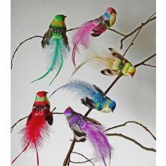 Elégance et raffinement caractérisent ces jolis oiseaux en plumes destinés à la décoration et à des créations originales