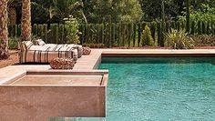 Una hilera de cupresáceas formará en breve el tupido seto que delimite la piscina...