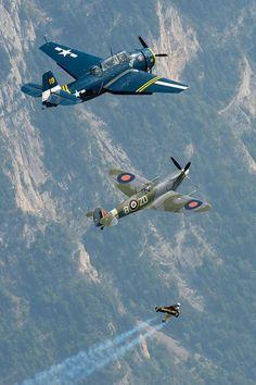 El hombre pájaro volando junto a dos aviones de la segunda guerra mundial.