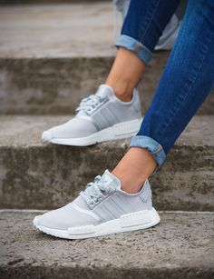 big sale 0d417 45cb2 Adidas Originals NMDR1 S76004 Sneaker in grau, weiß, silber Clothing, Shoes   Jewelry