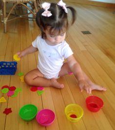 Separando os botões nos potinhos!  Atividade montessoriana para trabalhar a coordenacao olho/mao , concentraçao, distinção das cores.