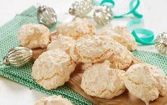 GLUTENFRIE KOKOSMAKRONER: Få ingredienser kan også gi gode kaker. Disse kan dyppes i litt smeltet sjokolade, så blir de ekstra gode. Foto: Synøve Dreyer Food And Drink, Gluten Free, Cheese, Cookies, Baking, Desserts, Horn, Glutenfree, Crack Crackers