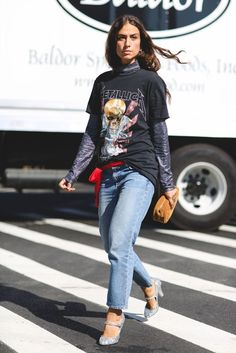 Fall Outfit Inspiration-NYFW Street Style Photos 2016 Source by HappySpender Fashion mezclilla Street Style Chic, Street Style Outfits, Fall Fashion Outfits, Street Style Women, Autumn Fashion, Casual Outfits, Spice Girls, Pull Orange, Band Tee Outfits