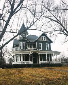 This is the perfect house Victorian Architecture, Historical Architecture, Victoria House, Victorian Style Homes, Abandoned Houses, Haunted Houses, Second Empire, Old Farm Houses, Plantation Homes