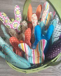 Minis lapins à glisser avec les chocolats de pâques ou à offrir tout simplement ;-) Textiles, Minis, Dinosaur Stuffed Animal, Etsy, Boutique, Animals, Bunnies, Animais, Animales