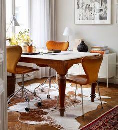 Alfombras y cojines de piel | Ventas en Westwing | Delimita el comedor  Delimita la zona del salón y el comedor con una alfombra de piel, imprimirá un toque de lo más sofisticado al ambiente, evitando que el movimiento de sillas y mesa estropeé el suelo.