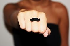 un anello con un elegante baffo nero