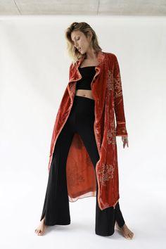 KIMONO TERCIOPELO LIMITED EDITION Kimono Outfit, Kimono Coat, Casual Street Style, Kimono Mantel, Jacquard Dress, Vintage Kimono, Outerwear Women, Mannequin, Coats For Women