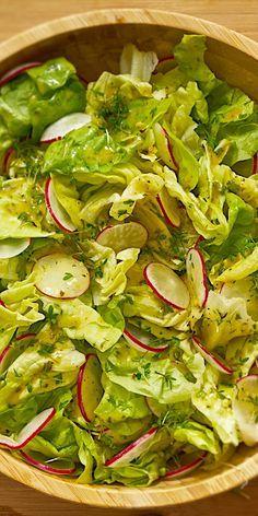 Du bist hungrig und möchtest nicht viel Zeit mit Kochen verbringen? Dann probiere doch mal dieses vegetarische Gericht aus: Kopfsalat mit Radieschen und Kresse. Es ist in 15 Minuten ruckzuck zuzubereiten und schmeckt einfach lecker.