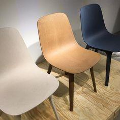 Siste teaser fra dagens inspirasjonsfråtsing på Ikea Democratic Design Day 2016. Disse stolene er laget av 70 % resirkulert plast og 30 % tre. Det er ingen skruer - de settes sammen med to 'clips' i samme materiale! Vi er fan av miljøvennlig produkter som i tillegg er så fine (og komfortable!) som disse. Synd vi må vente helt til august 2017 før vi får tak i 'Odger' i Norge. Men de er verdt å vente på  #boligpluss #ikeaddd #sponsetreise