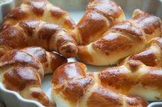 Butterhörnchen, die allen schmecken. Das beste Rezept im Web - und der Geruch, wenn man den Ofen aufmacht, ist unbeschreiblich. Ich muss die unbedingt wiede rmachen. Das vegetarische Rezept ist auf Deutsch und ihr findet im Blog dazu ein Rezept PDF. http://www.meinesvenja.de/2012/12/10/butterhornchen-fur-das-2-adventfruhstuck-alleskonner-die-allen-schmecken/