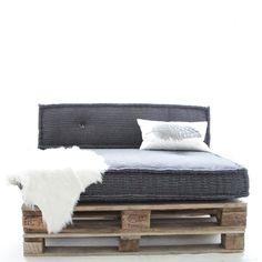 Opgestapelde pallets en een set matraskussen in de kleur zwart/wit. Alleen bij Atelier Kamer26.