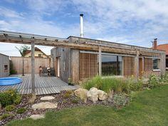 dům v Lanškrouně II by molo architekti Pergola, Garage Doors, Outdoor Structures, Architecture, Garden, Outdoor Decor, Plants, Houses, Home Decor