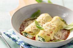 Spinazie en ricotta zijn perfecte vulling voor canneloni, Italiaanse pastabuisjes. Met een smaakvolle tomatensaus bij, is het een heerlijke ovenschote... Veggie Recipes, Pasta Recipes, Dinner Recipes, Healthy Recipes, Cannelloni Ricotta, Creamy Pasta Bake, Good Food, Yummy Food, Dinner Is Served