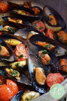 Τα μύδια είναι το ιδανικό συνοδευτκό για τσίπουρο, ούζο, κρασί ή μπύρα! Δοκιμάστε αυτή την εύκολη και νόστιμη συνταγή, υπέροχα αρώματα τα Greek Recipes, Fish Recipes, Seafood Recipes, Appetizer Recipes, Cooking Recipes, Healthy Recipes, Appetisers, Fish And Seafood, Food Processor Recipes