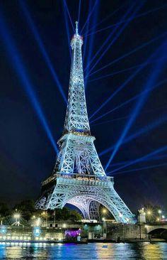 """If the Tour Eiffel is the symbol of Paris, the Cathédrale de Notre-Dame de Paris is its heart. Resting on the banks of the Seine, this splendid architectural masterpiece is a definite """"must-see"""". Paris Pictures, Cool Pictures, Francia Paris, Paris Torre Eiffel, France Eiffel Tower, Paris Tower, Hotel Des Invalides, Paris Wallpaper, Beautiful Paris"""