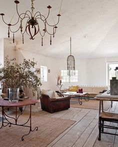 Rural shabby chic, warm are the strong points of this gorgeous home in Provence, France. Owned by an English antiques dealer, Josephine Ryan the restored abandoned village house is filled with beautiful details from her Beautiful Interiors, Beautiful Homes, French Interiors, Ryan Homes, Interior And Exterior, Interior Design, Modern Exterior, French Country House, Living Room Inspiration