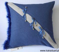 Granatowa poduszka dekoracyjna z boa