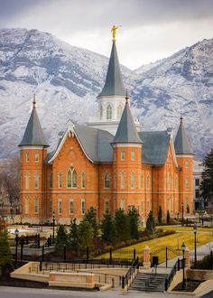 The first snow of the season on the mountains behind the new Provo City Center Utah Temple. My favorite temple Utah Temples, Lds Temples, Lds Temple Pictures, Lds Pictures, Pretty Pictures, Mormon Temples, Lds Art, Lds Mormon, Lds Church