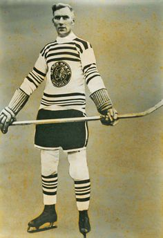 Dick Irvin Sr. : James Dickenson Irvin, surnommé « Dick » Irvin, (né le 19 juillet 1892 à Hamilton dans la province de l'Ontario au Canada - mort le 15 mai 1957) est un joueur professionnel puis entraîneur de hockey sur glace de la Ligue nationale de hockey (LNH). Irvin rejoint la Western Canada Hockey League et les Capitals de Regina en 1922. Lors du transfert de la franchise à Portland, il joue pour les Rosebuds de Portland. Suite à la fin de la WCHL, les Rosebuds, rejoignent la LNH.